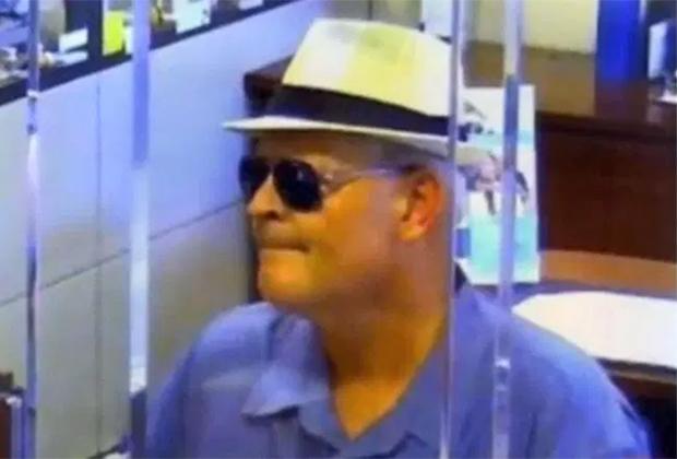 Джеймс Аллен Хейес во время ограбления