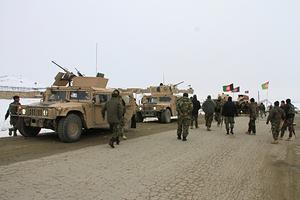 Военнослужащие афганской национальной армии направляются к месту крушения самолета
