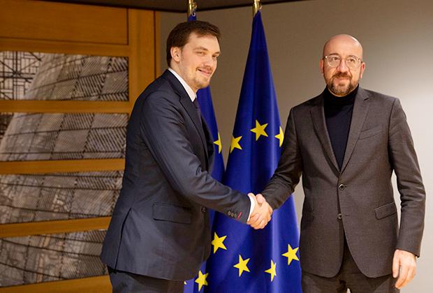 Президент Европейского Совета Чарльз Мишель (справа) приветствует премьер-министра Украины Алексея Гончарука в Брюсселе, 28 января 2020 года