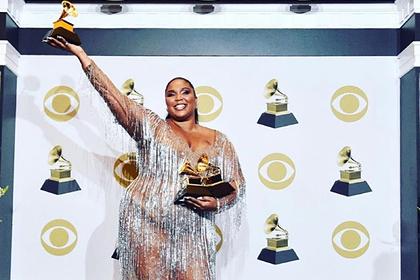Бодипозитивная певица вышла в свет в откровенном наряде