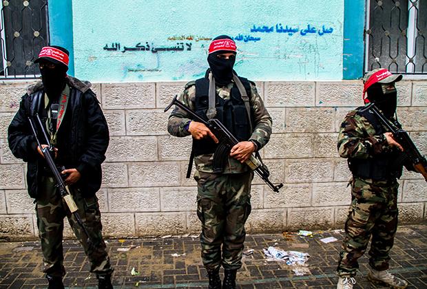 Боевики «Демократического фронта освобождения Палестины» на похоронах убитого израильскими военными палестинца Амер Манар Хаджара
