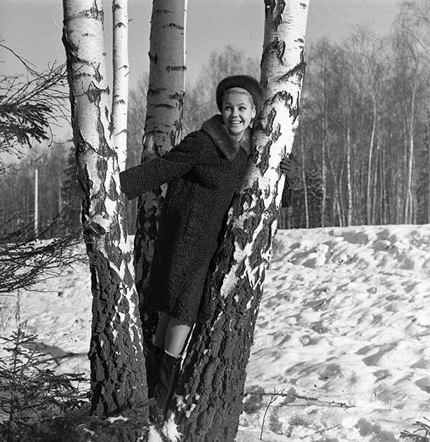 Коллекция одежды из русских мехов 1965 года. Шубу из каракульчи с норковым воротником демонстрирует Регина Збарская