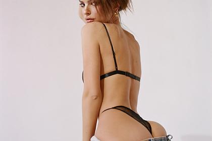 Эмили Ратаковски снялась в рекламе в прозрачном белье