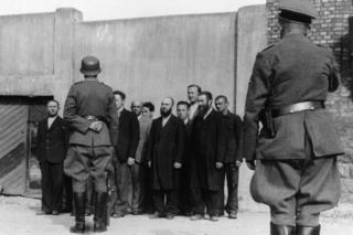 Немецкие солдаты и евреи на оккупированной территории. Шауляй,июль1941года.
