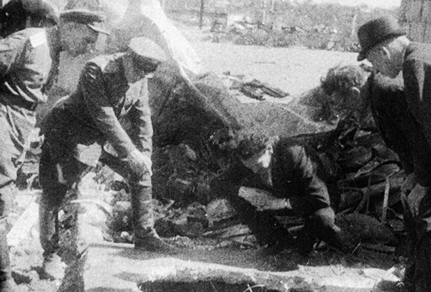 Солдаты осматривают подвалы, в которых во время немецкой оккупации скрывались евреи. Август 1944 года