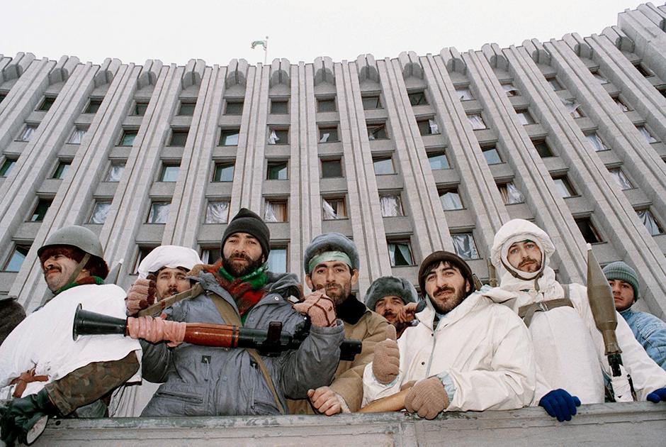 Чеченские боевики возле дворца Дудаева