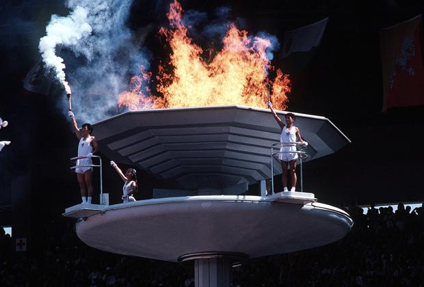 Южнокорейские спортсмены рядом с олимпийским огнем в 1988 году