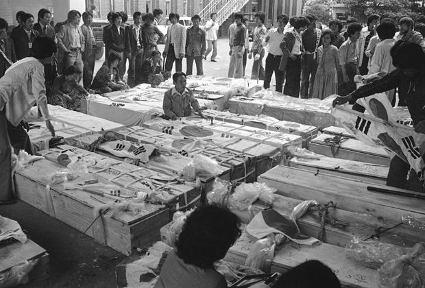 Люди возле гробов погибших во время восстания в Кванчжу
