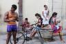 На Кубе я была дважды, в 2008-м и 2017 годах. Мне было интересно сфотографировать изменения, произошедшие в стране за десять лет. В 2008-м только отошел от дел Фидель Кастро, а Куба была настоящим коммунистическим заповедником с нетронутой социальной природой. <br><br> Спустя десять лет на Острове свободы наконец появился мобильный интернет. Правда, в довольно извращенной форме: его раздавали только в крупных городах на центральных площадях, в буквальном смысле по карточкам. Нужно было отстоять огромную очередь в салон мобильной связи, купить за два евро талон на доступ в интернет, найти место, где интернет раздается, и на час погрузиться в сеть. На фото как раз одно из таких мест, «Черное зеркало» отдыхает.  Два евро за час — дороже интернет только в самолетах, но кого это останавливало?