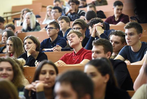 Студенты Московского государственного университета (МГУ) имени М. В. Ломоносова на лекции
