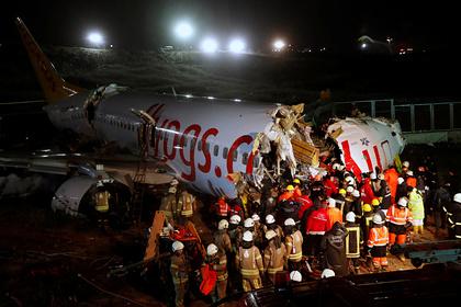 Число жертв после аварийной посадки переломившегося пополам самолета увеличилось