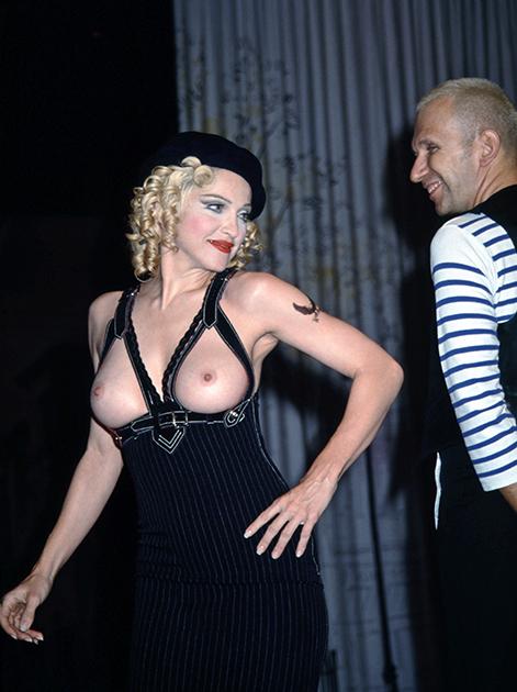 Мадонна в бюстгальтере в виде подтяжек с модельером Жаном-Полем Готье на его показе в Лос-Анджелесе, 1992 год