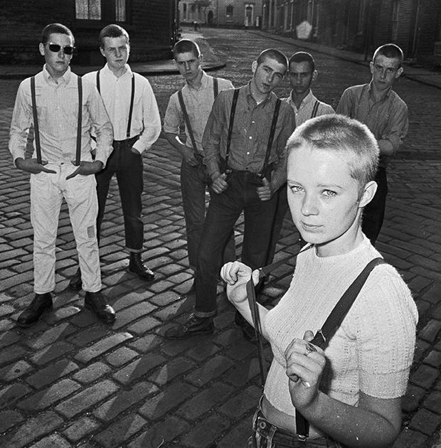 Девушка-скинхедк Дженет Экшем и ее друзья в подтяжках. Уэст Ридинг, Йоркшир, Великобритания, 1970 год