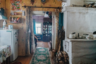 Николай Николаевич, как многие другие сельчане, живет в простом одноэтажном деревянном доме, который зимой обогревается печью. Скромный, но уютный дом этот был построен в том же году, когда родился его нынешний хозяин, — в 1955-м.