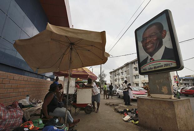 Плакат с изображением Теодоро Обианга Нгемы Мбасого в столице Гвинеи Малабо, 2012 год
