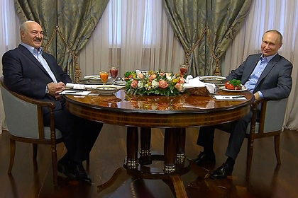 Лукашенко заметил Путина без галстука и снял свой