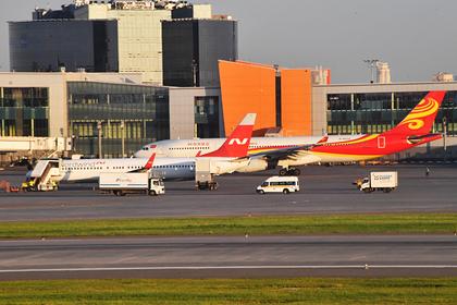 На заднем плане — самолет авиакомпании Hainan Airlines