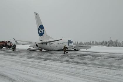 Самолет с 94 людьми на борту совершил жесткую посадку в российском городе