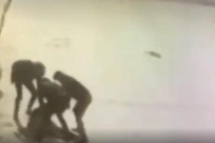 Массовая драка со стрельбой в российском городе попала на видео