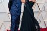 Главным сюрпризом— безусловно, приятным— на красной ковровой дорожке стал юный талантливый актер Тимоти Шаламе. Он предпочел пресловутым черным смокингам синий атласный спортивный костюм из переработанной ткани Prada. Роскошным контрастом нарочитой скромности костюма стала массивная брошь Cartier, которую Шаламе приколол к куртке — чем сразу привлек внимание австралийской актрисы Марго Робби. Она, в свою очередь, выбрала для церемонии черное шифоновое платье французского модного дома Chanel с корсажной брошью в индийском стиле Chanel Fine Jewelry.