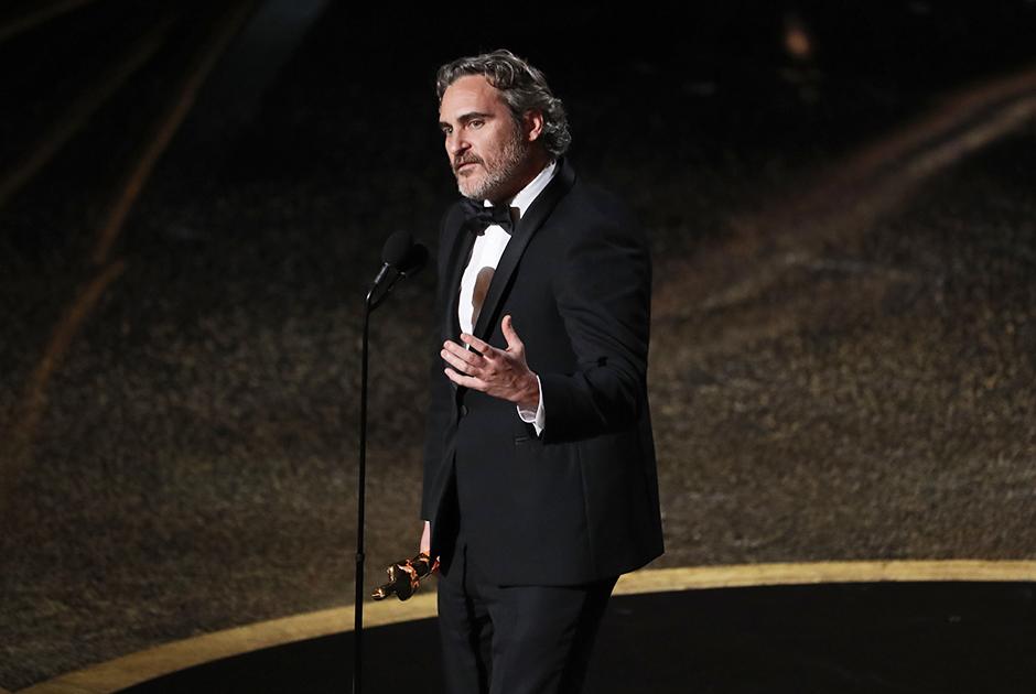 Хоакин Феникс ранее трижды номинировался на премию «Оскар» (за роли в фильмах «Гладиатор», «Переступить черту» и «Мастер»). Статуэтку ему принес «Джокер» Тодда Филлипса, который также выиграл в номинации «Лучшая оригинальная музыка» — в ней «Оскар» получила Хильдур Гуднадоттир.