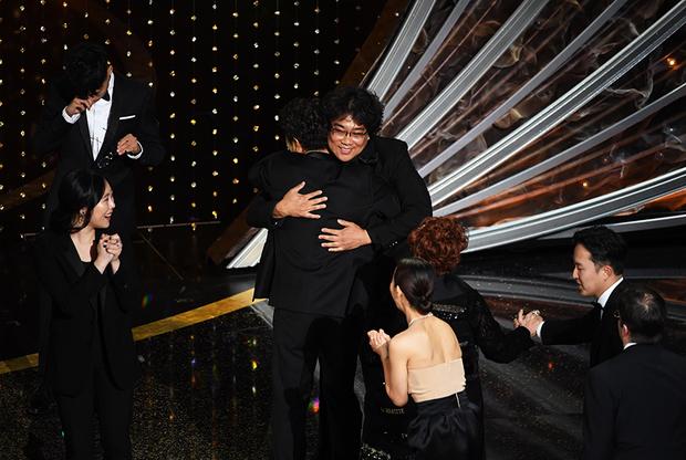 Режиссер «Паразитов» Пон Джун-хо получает «Оскар» в номинации «Лучший фильм»