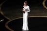 Свой второй «Оскар» Рене Зеллвегер заслужила, сыграв легендарную актрису и певицу Джуди Гарленд в байопике «Джуди». Как будто заранее подготовившись к победе, актриса выбрала беспроигрышно сидящее на ней белое платье от Armani Priv с асимметричным вырезом.