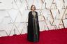 Натали Портман вышла на красную ковровую дорожку в наряде со смелым феминистическим посылом. По кромке ее черной мантии, изготовленной модным домом Dior, были золотом нанесены имена женщин-режиссеров. Каждая из них в 2019 году сняла заслуживающую внимания картину, однако номинации на «Оскар» не получила. В их числе, например, оказались автор «Мошенниц с Уолл-Стрит» Лорин Скафария, Грета Гервиг, выпустившая драму «Маленькие женщины», и Лулу Ван, которая представила фильм «Прощание».