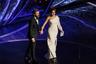 В нынешнем году оголение не стало главной тенденцией премии, как это было в прошлом. Вот и мексикано-американская актриса Сальма Хайек выбрала довольно сдержанный наряд: она поднялась на сцену в образе греческой богини — в летящем платье Gucci на одно плечо и с оливковой ветвью из белого золота с «оливками» из жемчуга  — шедевром французского дома Boucheron — в волосах.