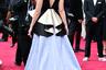 Ирландская актриса Сирша Ронан в этот раз осталась неприметной как для жюри «Оскара», так и для модных критиков. Ее причудливый наряд Gucci с баской на юбке хоть и оголял спину, но внимания широкой публики не привлек. Платье дополняли серьги-шандельеры и украшение для прически из ювелирной коллекции Gucci.