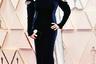 Обладательница «Оскара»-2019 Оливия Колман для церемонии перекрасилась в блондинку. На этот раз актриса не получила статуэтку, но к выбору наряда, очевидно, подошла ответственно: после прошлогоднего провала в виде огромного банта на спине Колман оделась в весьма скромное бархатное платье Stella McCartney благородного темно-синего цвета и дополнила его изумрудными серьгами и кольцом.