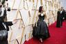 Энергичная испанская актриса и секс-символ Пенелопа Круз отдала предпочтение классическому черному бальному платью Chanel с жемчужным пояском и пышным белым цветком камелии из шелка на груди.