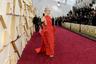 Американская актриса Кристен Уиг приехала в театр Долби в красном платье Valentino с оборками на бедрах и длинным шлейфом. Ее внешний вид моментально породил множество шуток в соцсетях: актрису сравнивали то с лобстером, то со спагетти под томатным соусом. В итоге комментаторы сошлись на одном: Уиг пора подыскать нового стилиста. Единственное, что не вызвало насмешек в образе Уиг — золотые серьги в стиле ар-деко от греческого ювелира Никоса Коулиса. К слову, Тайка Вайтити, лауреат «Оскара» за фильм «Кролик Джоджо», поднялся на сцену за статуэткой с ар-декольной брошью с бриллиантами и изумрудами от Коулиса на лацкане смокинга.