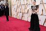 Вырезы на одежде и выставленное напоказ кружевное белье — чуть ли не самые горячие тренды последних модных недель. На «Оскаре» 2020-го американская актриса Руни Мара поддалась обеим тенденциям сразу: на ней было черное платье Alexander McQueen, сшитое из многослойного кружева. Ее спутник Хоакин Феникс выбрал костюм из экологичной ткани английского бренда Stella McCartney.