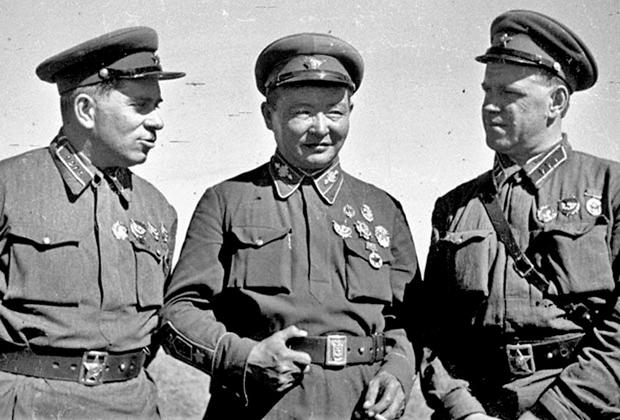 Советский военачальник Григорий Штерн, монгольский маршал Хорлогийн Чойбалсан и советский маршал Георгий Жуков во время сражения на реке Халхин-Гол, 1939 год