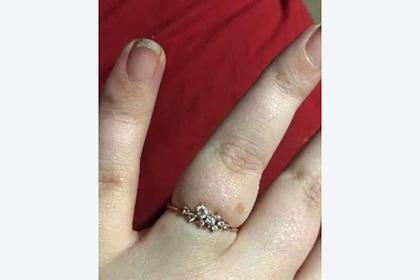 Невеста показала кольцо и была обругана за грязные ногти