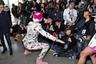 Со словом «эпатажный» в последнее время фанаты ассоциируют Билли Портера, который в своем стиле смешивает мужские и женские вещи. Однако его статус может заслуженно перейти к загадочному Шейну Хэндлеру, позировавшему журналистам в интересной позе и в костюме с цветочным принтом. В качестве обуви он выбрал розовые «тимберленды», а одной из главных деталей образа стал белый парик.