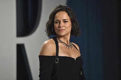 Актриса пришла на вечеринку «Оскара» в платье российского бренда