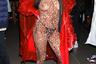 В 2020 году на Неделе моды в Нью-Йорке зрители шоу привлекали внимание фотографов куда чаще, чем их участники. Для этого гостья Laquan Smith, явно вдохновленная выходами сестер Кардашьян, выбрала уже стандартный для подобных мероприятий образ: прозрачный леопард и ярко-красный пластиковый плащ — тоже прозрачный.
