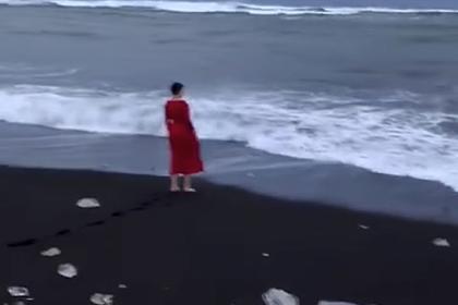 Надежда Савченко искупалась в океане в красном вечернем платье