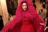 Не обошлось на Неделе моды и без самой красивой в мире женщины. Белла Хадид стала одной из хедлайнеров программы Oscar De La Renta, продемонстрировав мантию из ярко-розовых перьев и платье-тюльпан длины миди из алой тафты.