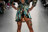Мужские недели моды уже приучили зрителей к манекенщикам в бикини, платьях, халатах и бигуди. Но чтобы выйти на подиум в босоножках на шпильке, нужно обладать особым талантом. Такой обнаружился у моделей бренда Luooif Studio: мужчины легкой походкой дефилировали по подиуму, не уступая в грации коллегам, представляющим женские коллекции.