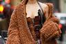 Если не знаешь, на каком тренде остановить свой выбор, надевай оба. Именно так поступила одна гостья Недели моды в Нью-Йорке. На девушке — популярная куртка тедди из искусственного меха и корсет из широких кожаных ремней.