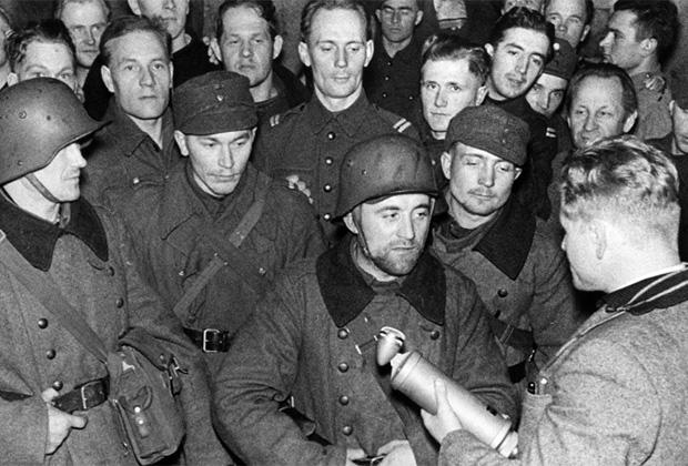 Корреспондент Пекка Тииликайнен (Pekka Tiilikainen) берет интервью у финских солдат на фронте во время советско-финской войны. Февраль 1940 года
