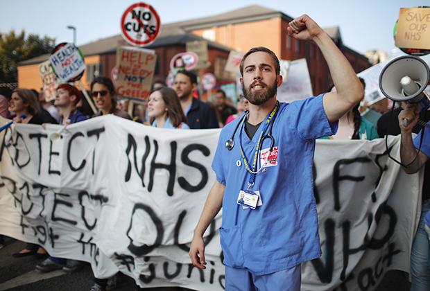 Врачи протестуют против урезания бюджета системы здравоохранения. Манчестер, Великобритания
