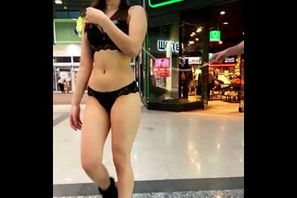 Россиянин выгулял девушку на цепи в БДСМ-наряде и попал на видео