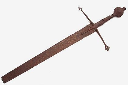 Мужчина нашел в гараже отца меч средневековых воинов-наемников и обогатился