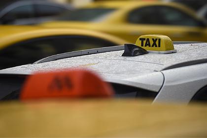 Российский таксист вытолкал на ходу пассажирку и избил вторую за отказ доплатить