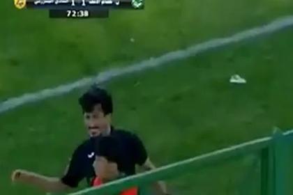 Футболист напал на болбоя за выброшенную с поля бутсу