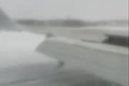Жесткую посадку российского самолета без шасси сняли на видео из салона